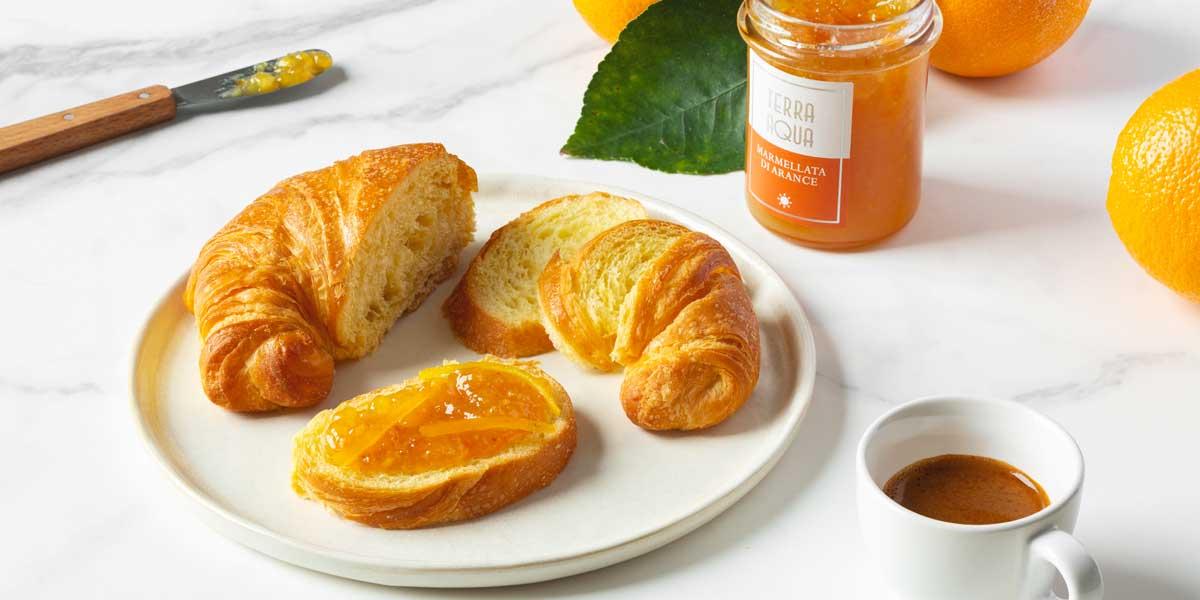Colazione con brioche e marmellata di arancia tarocco Preparato con marmellata di arance tarocco