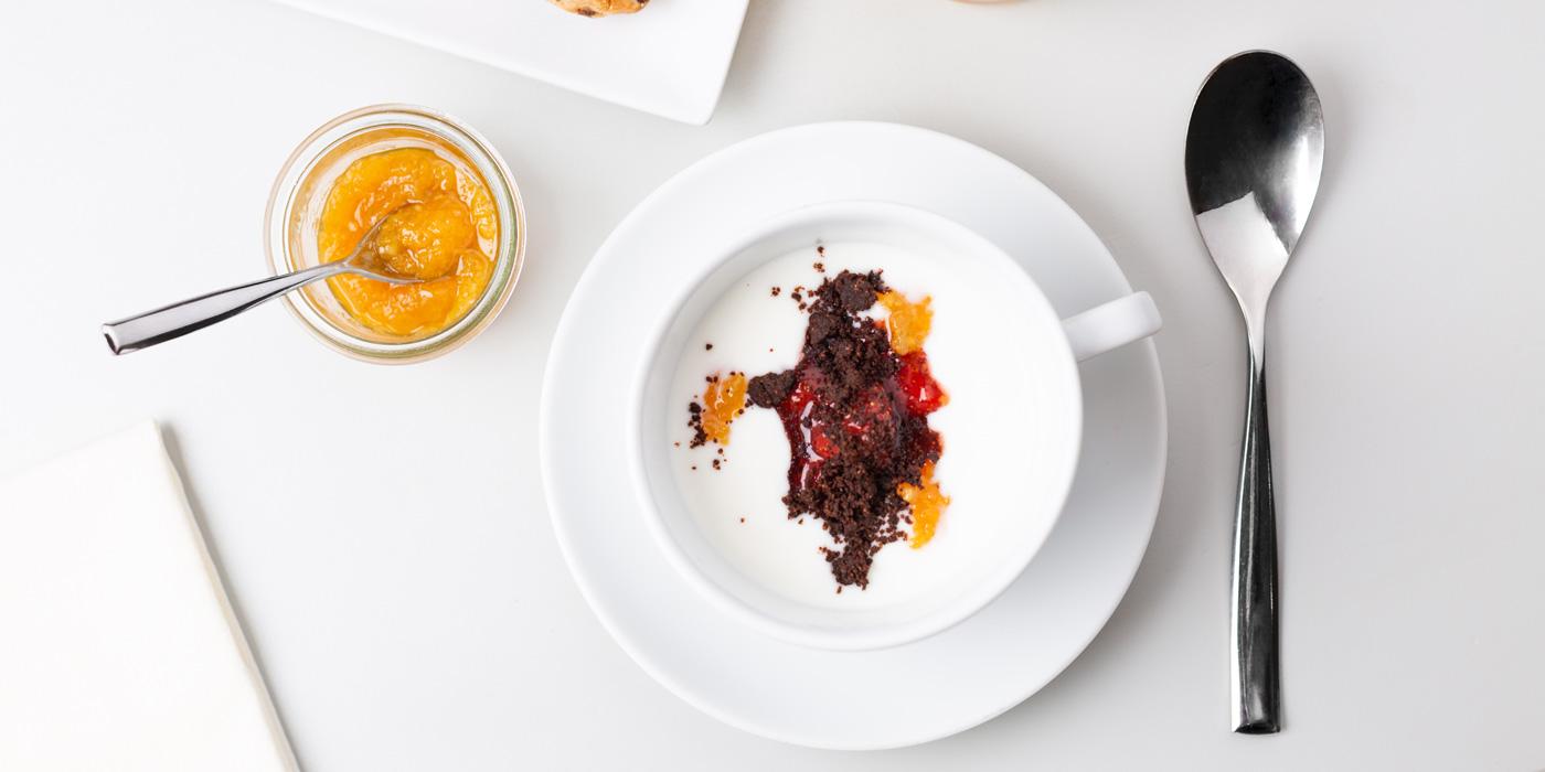 ricetta dolce impiattato in tazza bianca su tavolo bianco